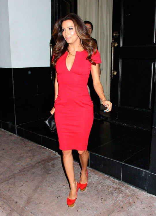 Стильный образ в красном длинном платье